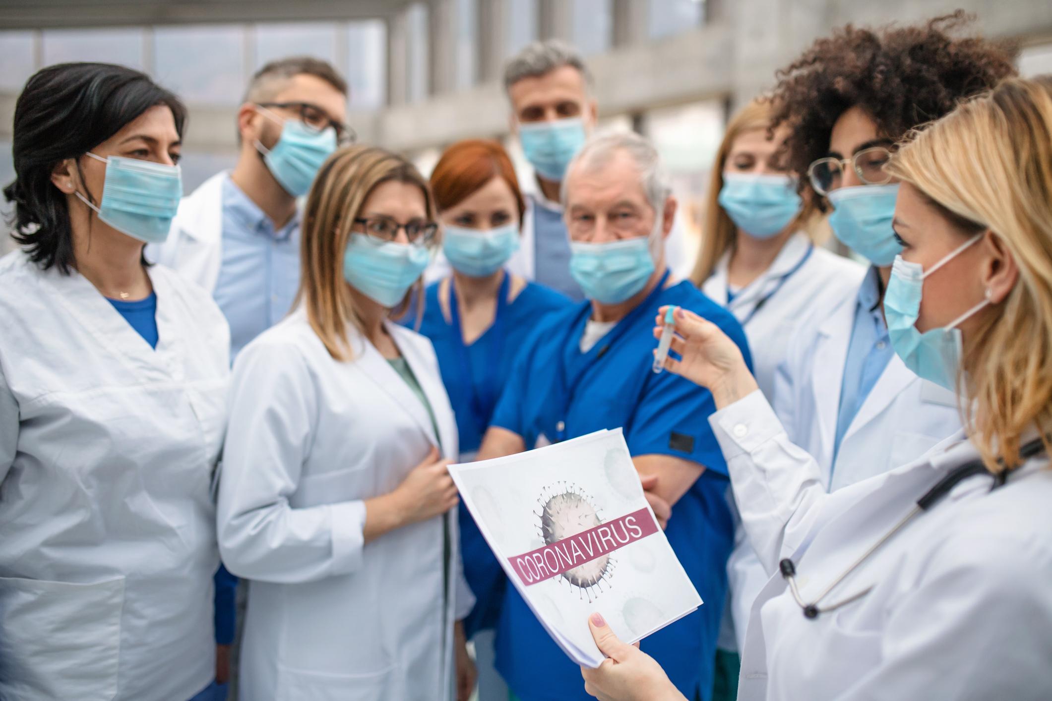 Los sanitarios y políticos infectados por coronavirus en España ...