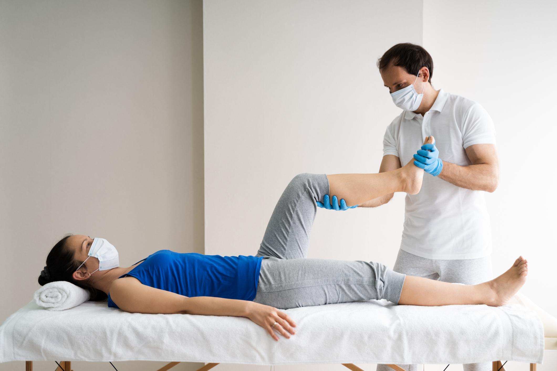 Fisioterapeuta y paciente en profesiones peor pagadas