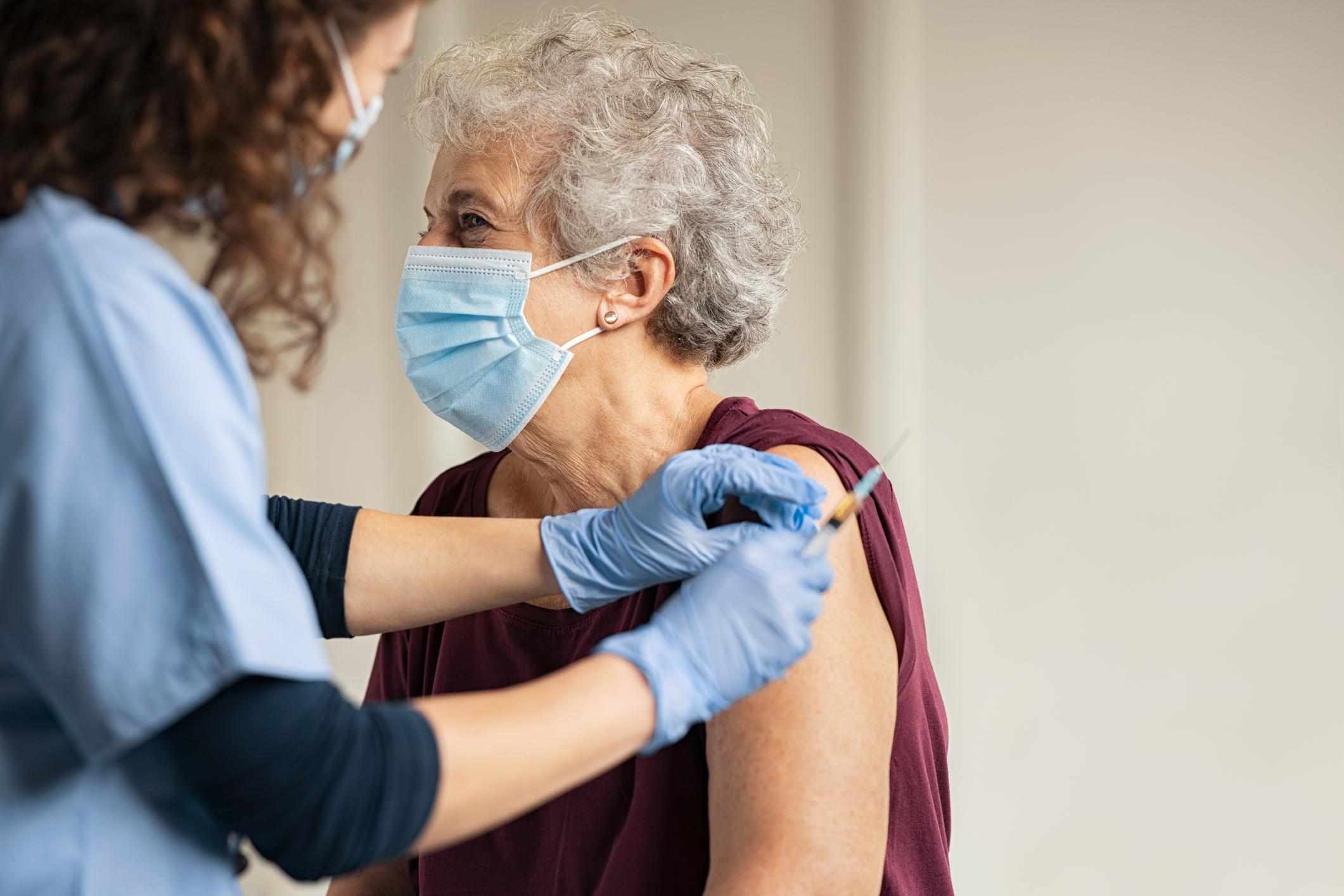 Comienza a administrarse la segunda dosis de la vacuna contra la COVID-19  en España