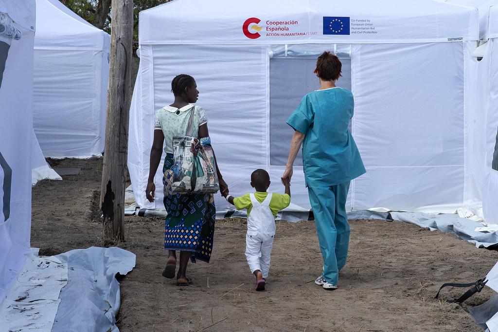 Hospital START. Dondo Mozambique. Una mujer y su hijo junto a la pediatra del START. Foto Miguel Lizana. AECID